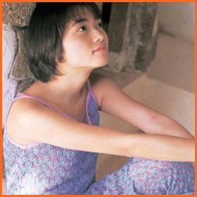 上のほうを見つめている遠藤久美子
